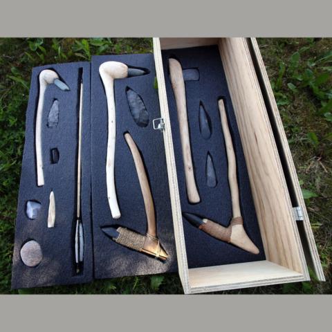 Morten Kutschera's Prehistoric Arts & Crafts produserer verktøy fra steinalderen for museer, og har selv skåret ut skuminnredning manuelt til kassen. Finèrkasse og skumplast er levert av oss. Flott arbeid!